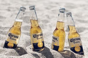 Coronaflasker i sand